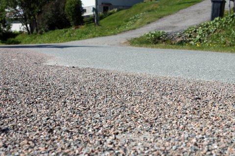 SAND: Store mengder strøsand fra i vinter ligger igjen på veier i Senja kommune.
