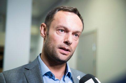 KRITISK: Torgeir Knag Fylkesnes (SV) mener regjeringa åpnet grensene for tidlig, og nå gir ungdommen skylda for smittespredninga.