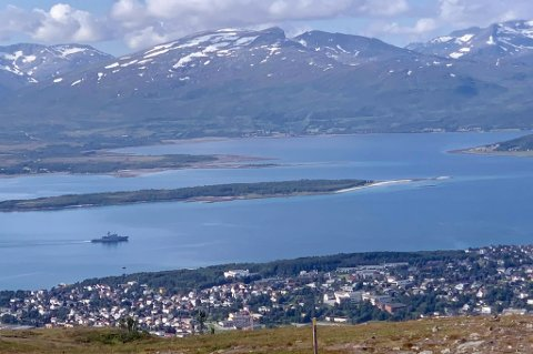 TESTET I TROMSØ: Her seiler KV Andenes rundt Tromsøya mens 12 personer i mannskapet om bord på skipet ble testet i regi av UNN onsdag.
