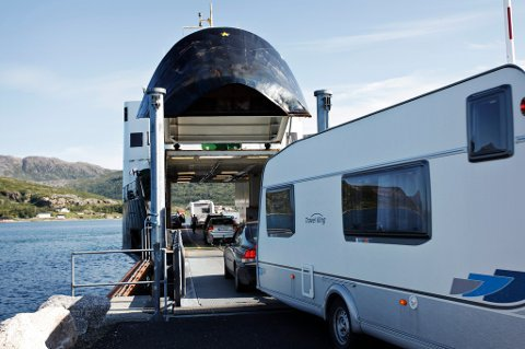 KØ: I sommer har ferge Botnhamn - Brensholmen kjørt fra lange køer med biler daglig. Nå etterspør kapteinen både lengre sesong og ferger med større kapasitet.