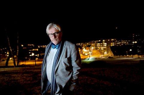 REAGERER: Svenn A. Nielsen sto godt over to timer i kø på koronatelefonen i Tromsø kommune - og hadde ennå ikke fått svar da denne saken var ferdigskrevet. - Det er altfor dårlig, sier Nielsen, som mener lang ventetid går utover samfunnsdugnaden, da folk gir opp, lar være å teste seg, og håper på det beste.