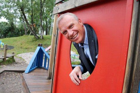 OPTIMIST: Ordfører Tom-Rune Eliseussen, her i lekeparken på Finnsnes, tror den negative utviklinga i antall barn og unge skal kunne snus.