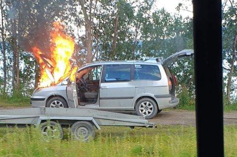 I BRANN: Sjåføren har klart å komme seg av E6 like før det begynte å brenne i bilen.