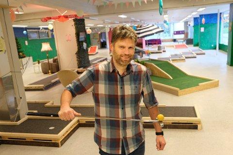 BALLKONTROLL: Kim Hauglid åpner innendørs minigolf i det gamle samvirkelagsbutikken.