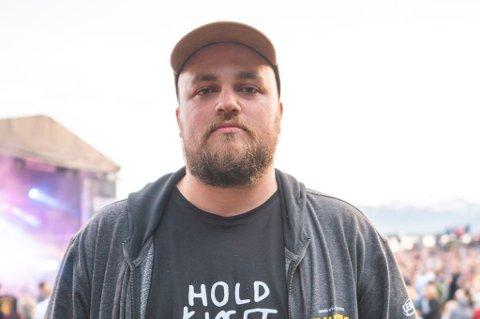 SMAKLØST: Bookingsjef for Buktafestivalen, Isak Harbitz, synes arrangementet er smakløst. Nå utsetter arrangørene.