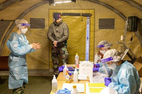 TESTING: Alle utenlandske soldater ble testet i Forsvarets telt på Bardufoss umiddelbart etter ankomst.