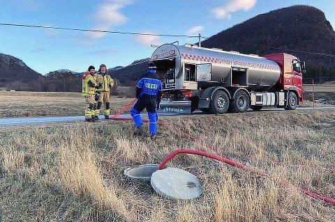RASK HJELP: Brannvesenet var kjapt på plass og fylte opp den tomme vannkilden som Alstad gård bruker. 125 dyr sto plutselig uten vann da vannkammeret var tomt fredag.