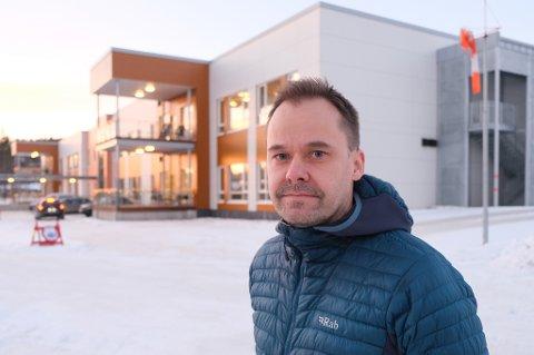 FORVENTER FLERE: Selv om det ikke kommer flere soldater fra utlandet, forventer kommuneoverlege Vidar Bjørnås at det kommer flere positive smittetilfeller de neste dagene.