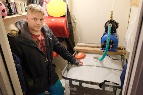 I UTEBODEN: Glenn Nilsen viser fram sin nye løsning for vannforsyning i huset. En plastdunk på 600 liter, ei pumpe og et rør til vannledninga.