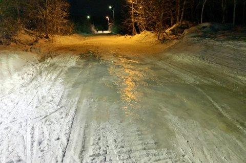 SKUMMELT: Like ved Tromsøbadet leder skisporene i lysløypa rett ut på issvullen.