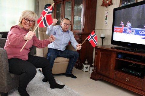LIV I STUA: Ordfører Jan-Eirik Nordahl og kona Irene Lange Nordahl fikk bruk for flaggene da Erik Valnes gikk inn til VM-sølv.