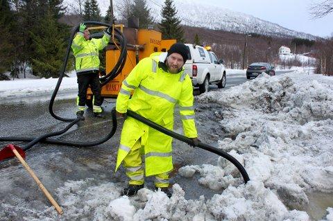 STIMER: Christoffer Nordby og Odd Magne Grønvoll (bak) har hendene fulle med å tine opp stikkrenner langs fylkesveien mellom Aspelund og Rossfjord.