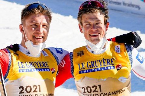 VERDENSMESTERE: Erik Valnes (t.v) og Johannes Høsflot Klæbo (t.h) ble verdensmestere i lagsprint i langrenn for menn under VM på ski 2021 i Oberstdorf, Tyskland.