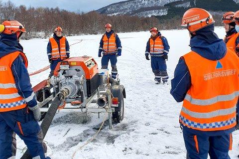 VANNØVELSE: Mannskaper fra Sivilforsvaret i Harstad øver på å pumpe vann i kulda.
