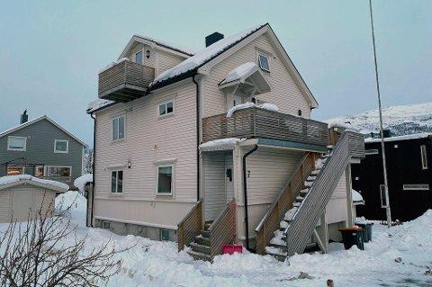 BRANT HER: Natt til 27. februar 2021 brøt det ut brann i Bjerkakervegen 7. Huset er i dag ubebodd, og man kan se at det er sotrester ved vifta på ytterveggen i første etasje.
