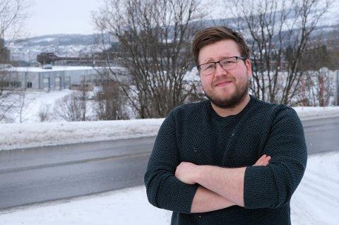 NABO: Om ikke en kompis hadde ringt, så hadde ikke Nico J. Åland visst noen ting om at han skullle evakuere. Han bor bare 2-300 meter fra gasstankene ved bussverkstedet (i bakgrunnen).