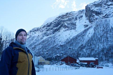 SPENT: Prosjektleder Christian Ekeland med fossen og fjellet i Spansdalen hvor Midnattsoltrappa planlegges.