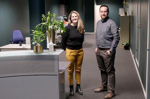 ÅPNER: Silje-Charina Skog og Truls Jørgensen Aasnes starter med blanke ark i nyoppusset lokale.