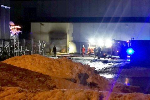 BRANN: Søndag kveld oppsto det brann i fabrikken til Bewi Polar i Nordkjosbotn, men allerede i løpet av mandag regner man med å være i gang med produksjonen igjen.