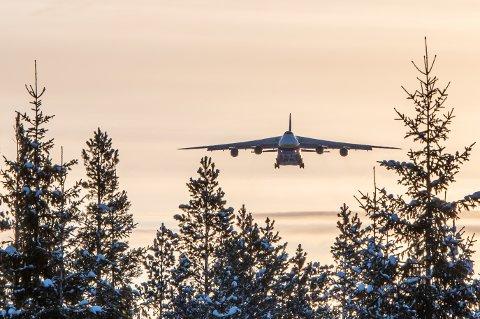 Her kommer det enorme flyet inn for landing over tretoppene.