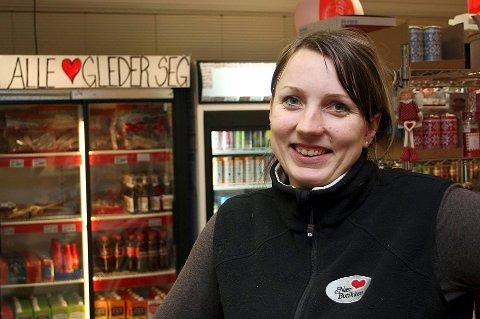 UTKANTKAMP: Innehaver Pia Larsen i nærbutikken i Fjordgård er avhengig av turistbesøket for å kunne drive virksomheten.