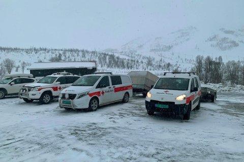 STOR AKSJON: Røde Kors har kjørt opp med snøskutere fra alpinsenteret i Kroken for å berge ned turgåerne.