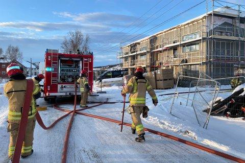 BRANNSLOKKING: I mars oppsto det brann i leilighetsbygget som er under oppføring på Storneset i Sørreisa. Nå kommer Statsforvalteren med en ny brannfakkel for prosjektet.