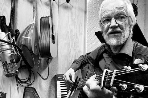 VISEVETERAN: Ragnar Olsen (70) har tatt gitaren fatt og spilt inn ny plate.