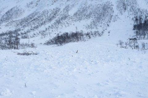ADVARER: Solvarme på store mengder nysnø og et vedvarende svakt lag i snødekket kan i verste fall utløse svært store snøskredet i helga. Dette bildet er tatt av en snøskred på Kattfjordeidet for noen år siden.