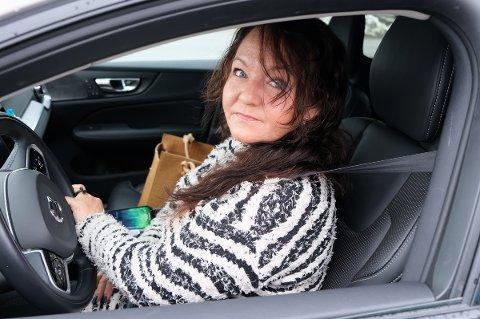 KJØRTE I HULL: Lokalpolitiker Line Miriam Haugan i Senja kommune er tilbake bak rattet etter at to hjul ble ødelagt i samme hull i veien.