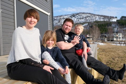 PÅ LANDET: Camilla Walnum og Stig Knudsen med barna Sanna og Henry nyter sola på terrassen. Etter 15 år i Tromsø flyttet de til Sørreisa.