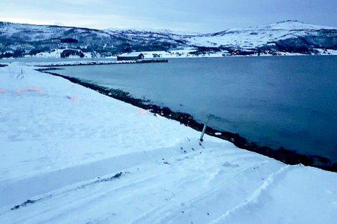 HAVNET I FJÆRA: Sporene etter bilberginga viser hvor ulykkesbilen ble dratt opp av fjæresteinene etter den fatale utforkjøringa i Rossfjord.