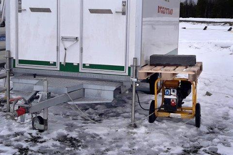 BLE STJÅLET: Strømaggregatet sto ved siden av brakka, og var lenket fast. Det forhindret ikke tyveriet.