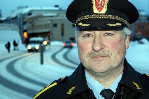 FORMANING: Lensmann Arnold Nilsen ber lodeungdom ta hensyn til omgivelsene i sentrum på Finnsnes.