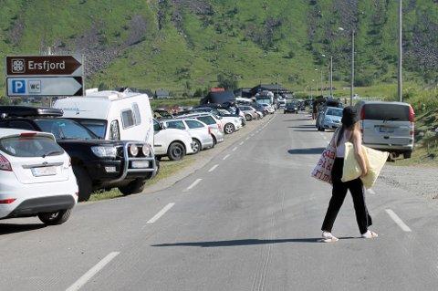 POPULÆRT: Ersfjordstranda var godt besøkt i fjor sommer. Nå kan det bli innført P-avgift på parkeringsplassen, og da spørs det om enda flere setter bilen fra seg langs veien.