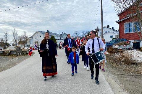 GJENNOM BYDELEN: Bekkevoll velforening sørget for at nasjonaldagen ble markert med eget nabolagstog for store og små.