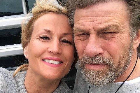 TROMSØ-RETUR: Per Gunnar Stensvaag (t.h) og kona Susanne Vangen Stensgaard (t.v) er på husjakt i Tromsø. Den nå pensjonerte SAS-piloten og samfunnsdebattanten har over 24 tusen timer i lufta over 36 år for flyselskapet, og flyr nå nordover i eget privatfly.