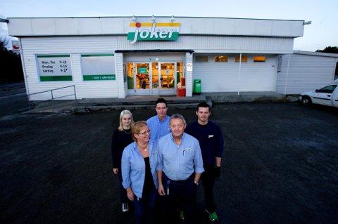 EKTEPAR: Roald Varvik og kona Tuula Kultima (foran) har drevet butikken siden 2000. Dette bildet er fra 2012 . De tre andre har nå sluttet i butikken.