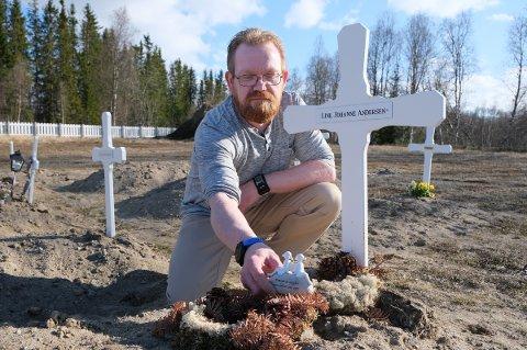ONKEL: Odd Arne Samuelsen ved graven til sin niese Line Johanne Andersen (26) på kirkegården i Målselv.