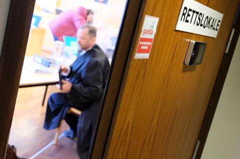BAK DØRA: Rettsforhandlingene etter dødsulykka i Rossfjord foregår i Nord-Troms og Senja tingretts lokaler på Finnsnes, hvor smittevernregler gjør at tilhørere ikke kan være fysisk til stedet.