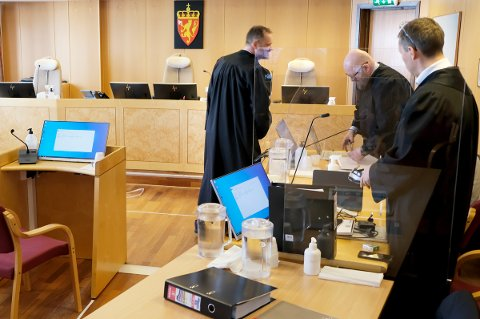ADVOKATER: Rettssaken etter dødsulykka i Rossfjord der fire personer er tiltalt pågår i Nord-Troms og Senja tingrett, her med advokatene Christian Arnkværn (t.v.), Bjørn M.Litveit Hansen og Skjalg Røhne Halvorsen.