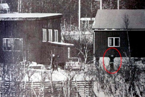 PÅGREPET: Her blir den nå 52 år gamle mannen pågrepet etter en ti timer lang politijakt i 1996. Da hadde han knivstukket og drept to tilfeldige pensjonister i Dyrøy kommune
