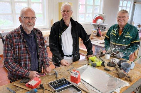 PÅ SLØYDEN: Her er det mye artig å holde på med for Stein Resvoll (t.v.), Adri Vermeer og Rolf Andersen.
