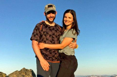 Ole Kristian Edvardsen sammen med kjæresten Karolina. Fordi hun bor i Russland får hun ikke slippe inn selv etter at regjeringen fredag innførte nye innreiseregler.