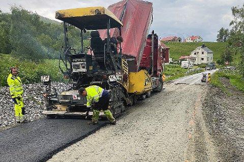 KORT ASFALTGLEDE: Mandag fikk lokalbefolkningen på strekningen mellom Målsnes og Olsborg ny asfalt. 35 meter med ny asfalt. Bygdelagsleder Arild Braathen mener hele strekningen p 24 kilometer skriker etter utbedring.
