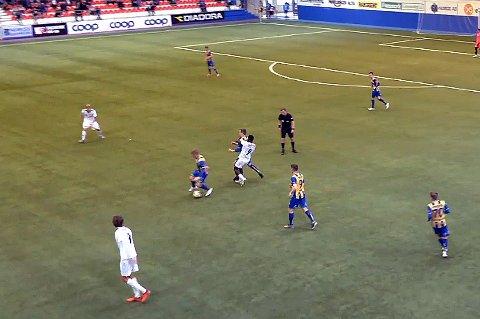 SLÅTT NED: Mustapha Fofana sendte Morten Gamst Pedersen i bakken, og fikk direkte rødt kort.