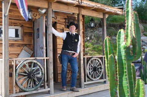 SHERIFFEN: Tommy Hauglid i klassisk westernpositur utenfor saloonen sin.