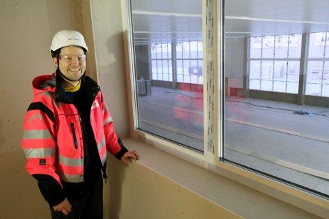 TOMT FOR FISK: Oppstarten av den nye laksefabrikken til Salmar på Senja er ytterligere forsinket. Fabrikksjef Jørn Tore Fjellstad håper å kunne ta i mot den første fisken i september.