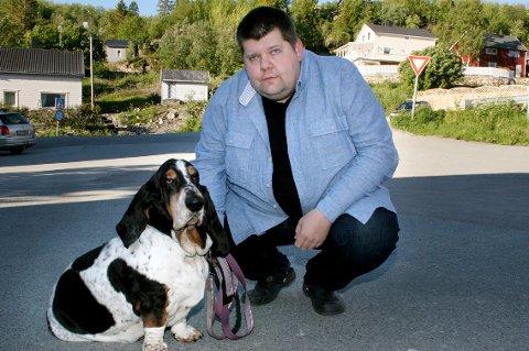 KAMPKLAR: Hunden Snipp må være hjemme i Salangen mens Jon Henrik Larsen drar til Oslo for å møte staten i retten.
