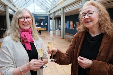 POST KONTOR: Anne Grete Stave (t.v.) og Randi Sørensen skåler og ønsker velkommen til kunstutstilling i det som var posthus på Finnsnes.
